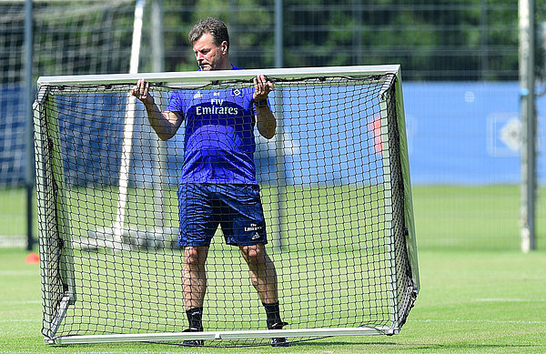 Dieter Hecking hebt ein Tor im Training an.